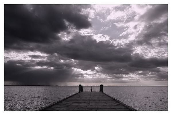 Der Steg, das Meer und Wolken......
