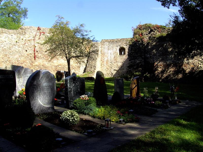 der stimmungsvolle Friedhof in den Mauern der Burgruine Donaustauf.....