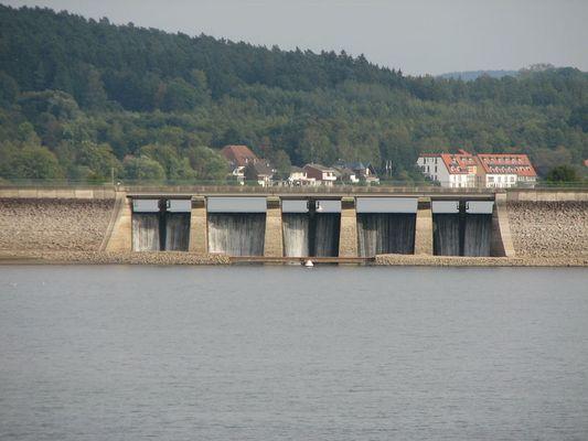 Der Stockumer Damm über den Möhnesee