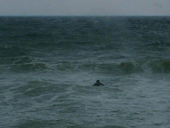 Der Surfer unerschrocken dem Grau
