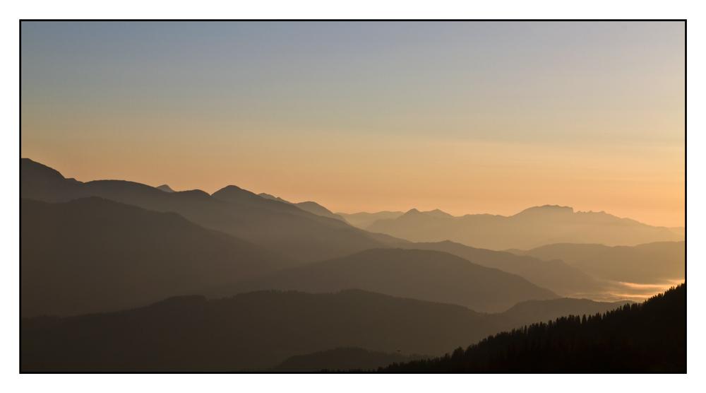 Der Tag erwacht über den bayrischen Alpen