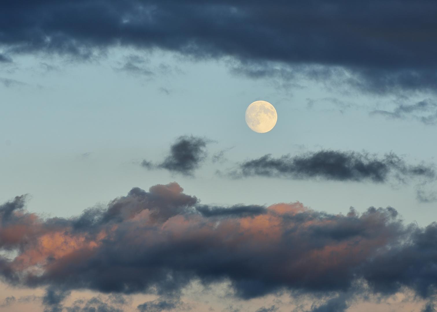 Der Tag geht und der Mond kommt