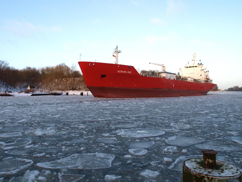 Der Tanker KEMIRA GAS schieb sich durch das NOK - Kanaleis