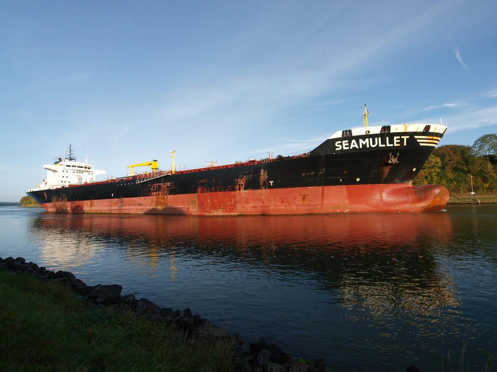 Der Tanker SEAMULLET in voller Länge auf dem Nord-Ostsee-Kanal