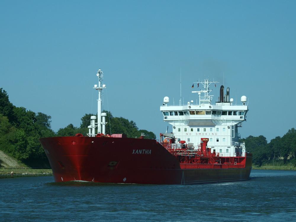 Der Tanker XANTHIA auf dem Nord-ostsee-Kanal