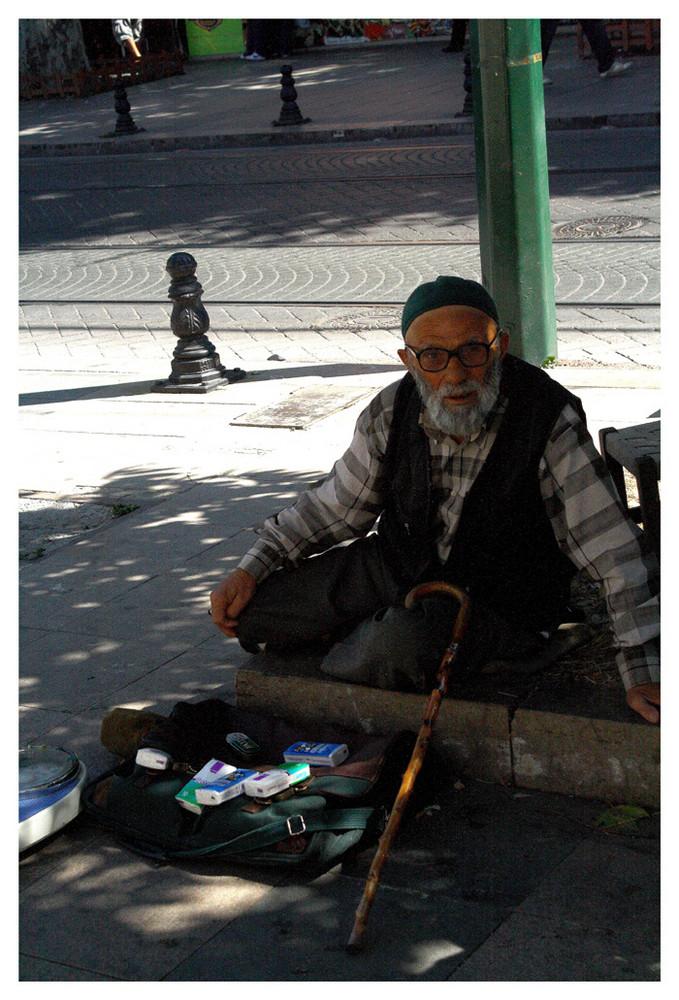 Der Taschentuchverkäufer auf der Straße