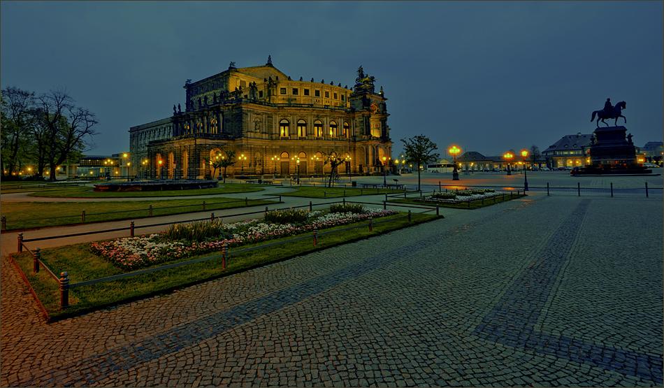 Der Theaterplatz Dresden mit der Semperoper ...,