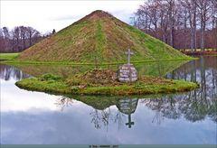 Der Tumulus mit der Gedenkstein-Insel  ..