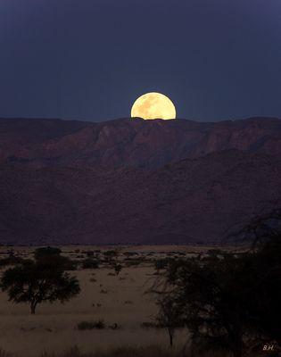 Der Vollmond geht auf -  in der Namib-Wüste