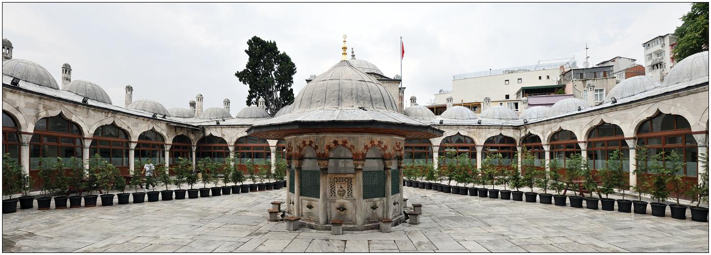 Der Vorhof der Sokullu Mehmet Pasa Camii