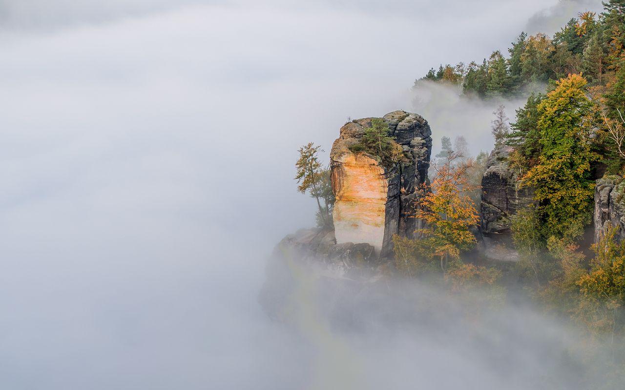 der Wartturm im Nebel