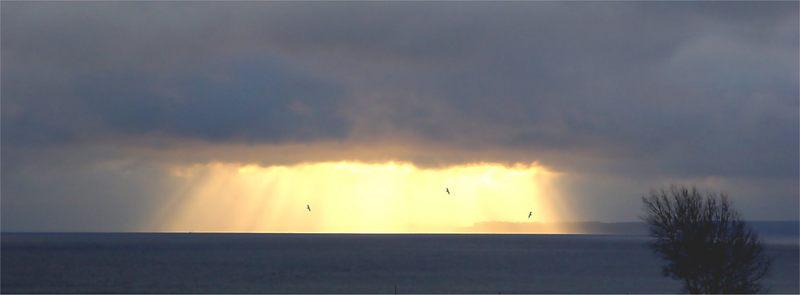 """Der """"Wasserfall"""" der Sonne über der Ostsee"""