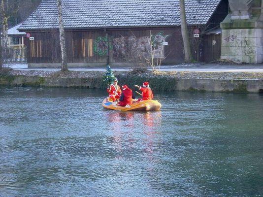 Der Weihnachtsmann kommt im Boot nach Bern
