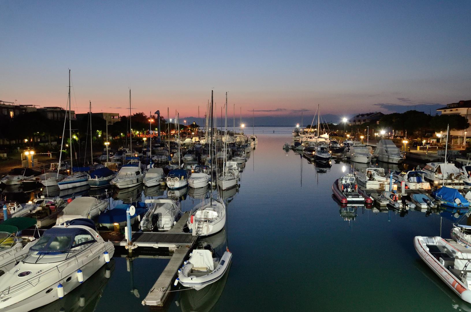 Der Yachthafen von Lignano am Abend