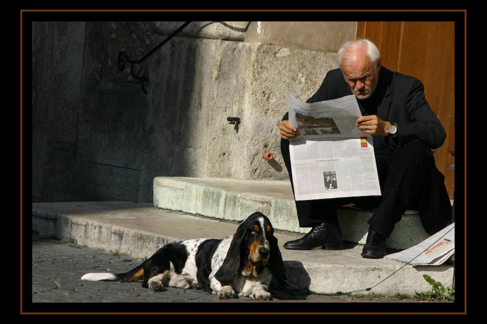Der Zeitungsleser und sein Hund