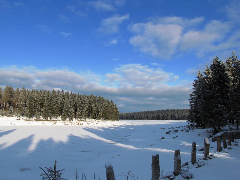 Der zugefrorene Oderteich im Harz