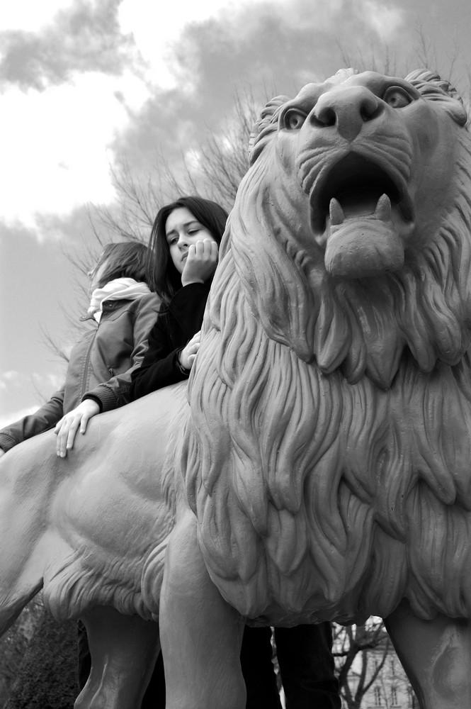 Derrière le lion du Mail