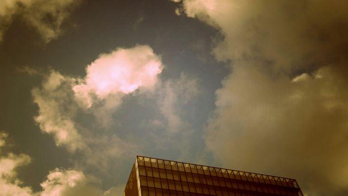 Derrière les nuages, le bitume