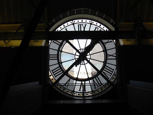 Derrière l'horloge ...