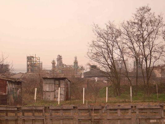 derrière l'usine