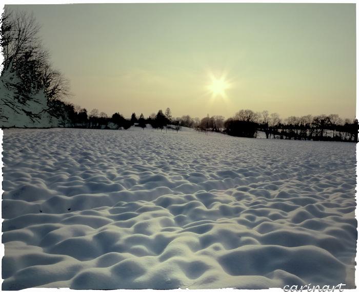 Des vagues de neige sous le soleil couchant ...