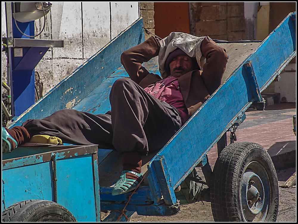 Descansando a pierna suelta en Essaouria (Marruecos)