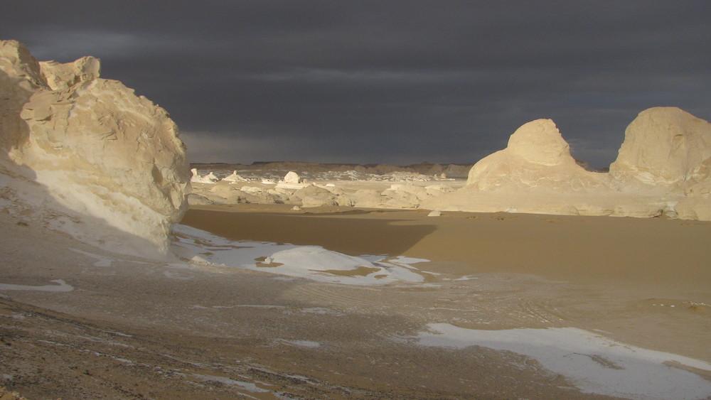 Desert Blanc par ciel orageux