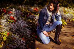 ...Desi im herbstlichen Blumenbeet...