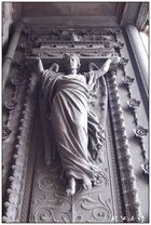 Détail 1 de la porte d'entrée de la basilique