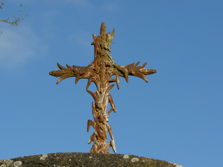 Détail de la croix au-dessus du puit de la chapelle Ste Radégonde.