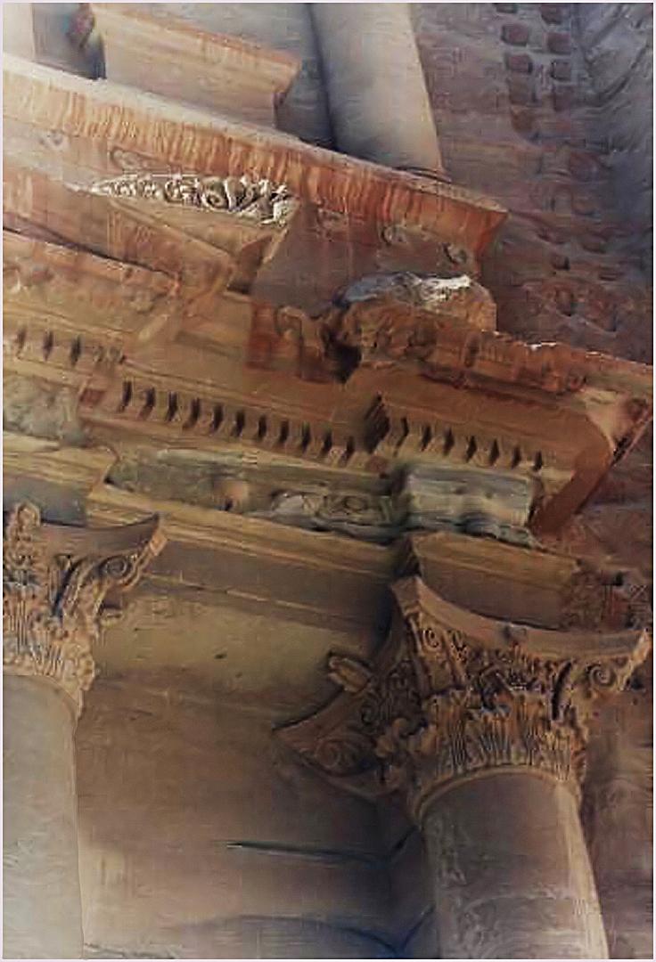 Detail de la façade supérieure du Khazneh  --  Petra  (photo de droite ci-dessous)