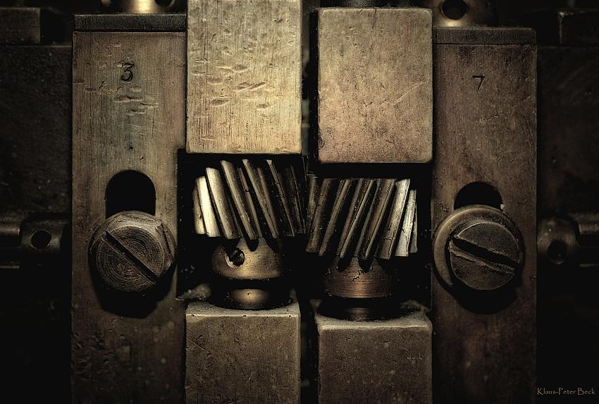 Detail einer Fräsmaschine zur Nadelherstellung