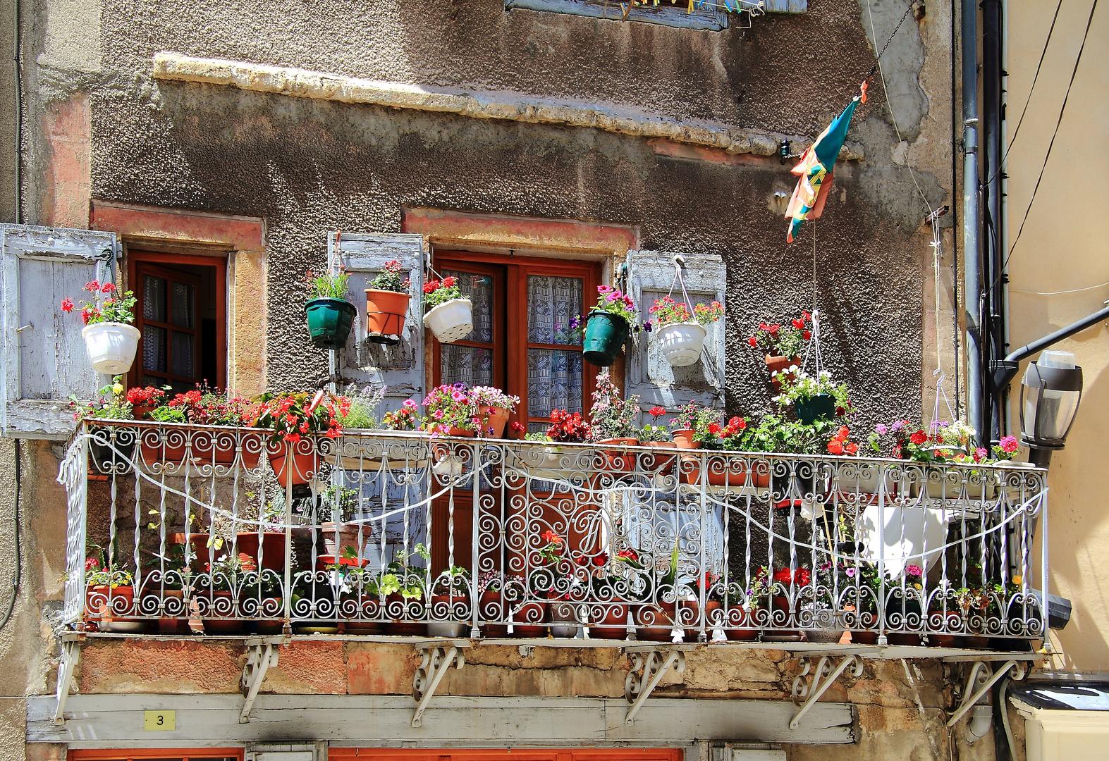 Detailreicher Balkon in Anduze (Frankreich)