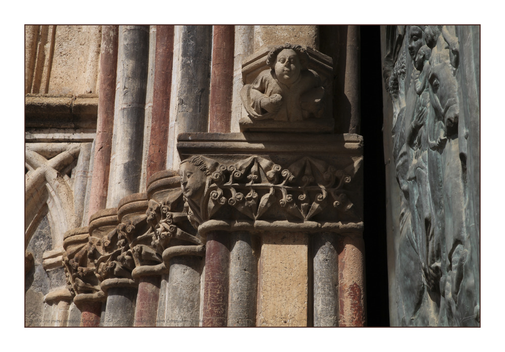 Detalle arco puerta principal Monasterio de La Virgen de Guadalupe (Cáceres Extremadura España)