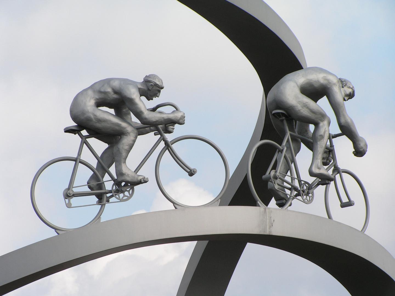 Detalle de la escultura que rinde homenaje al Tour de France y a los Pirineos.
