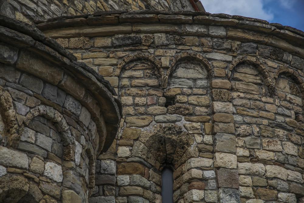 Detalles absides Iglesia de la Mare de Deu de la Cinta ( Llimiana Pallars Jussa Lleida Catalunya )