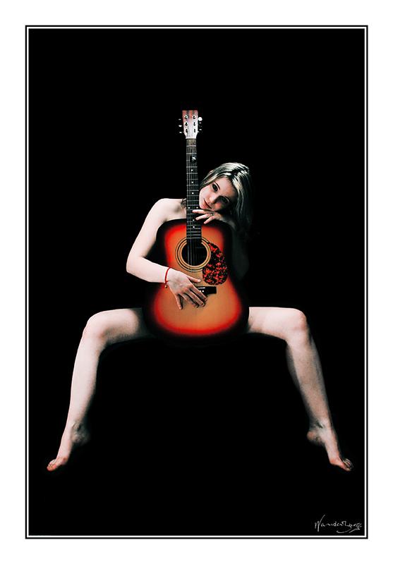 detras la guitara