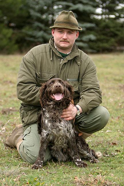 Deutscher Wachtelhund mit seinem Hundeführer