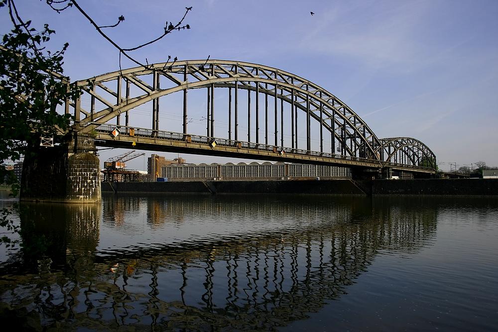 Deutschherrnbrücke mit Großmarkthalle