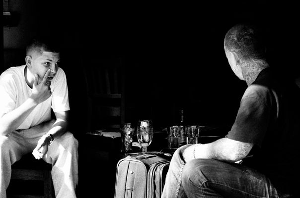 Deux hommes dans un bar