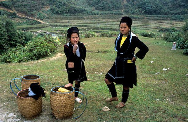 Deux jeunes filles dans la montagne