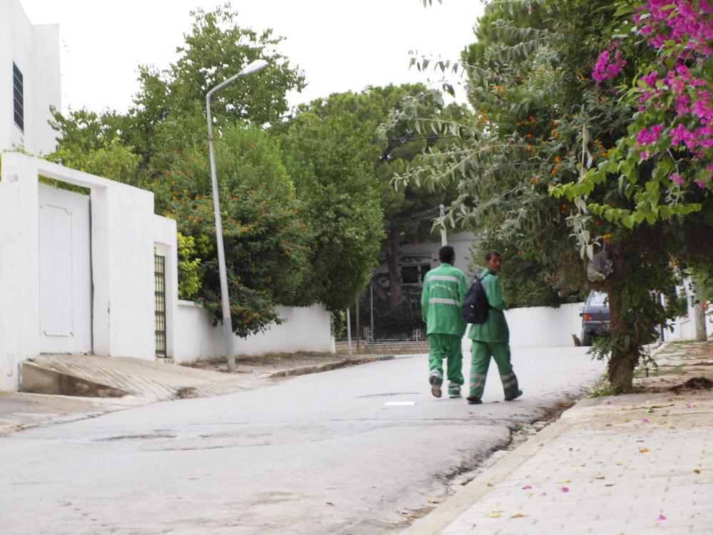 Deux petits bonhommes verts regardent en arrière.
