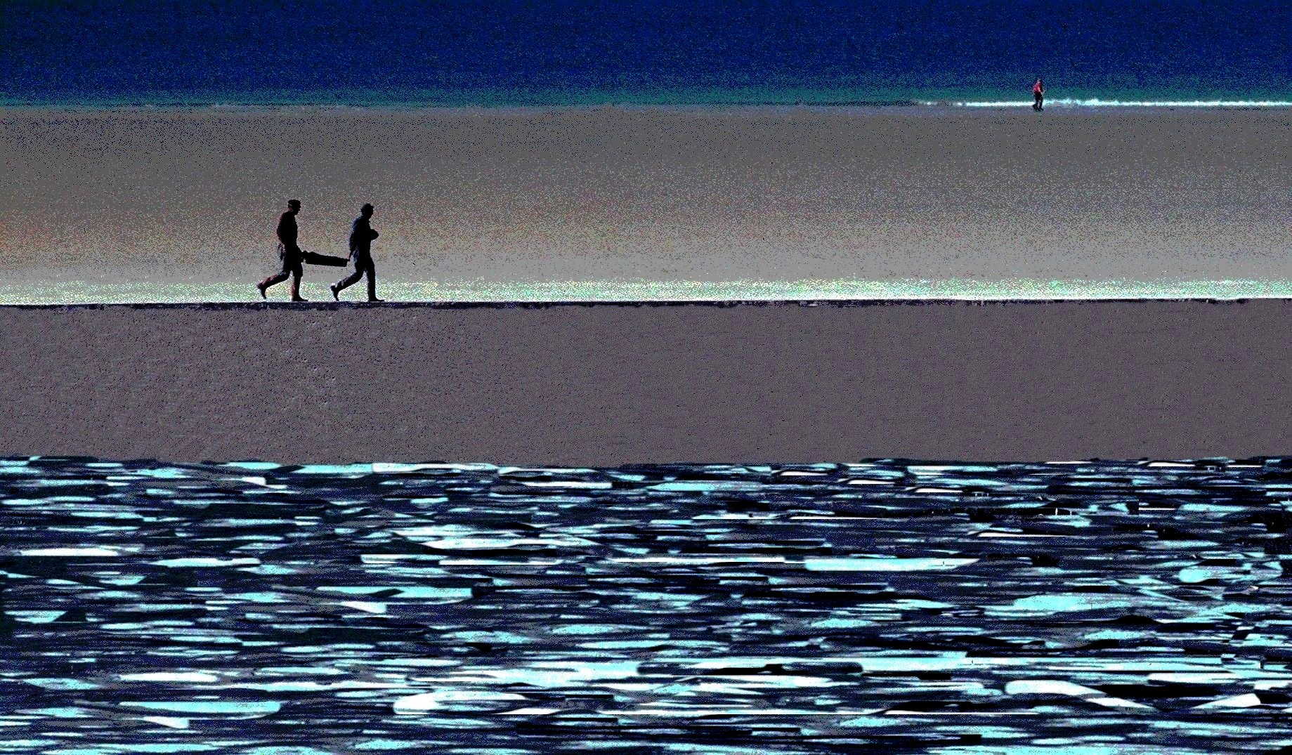 Deux silhouettes et la mer