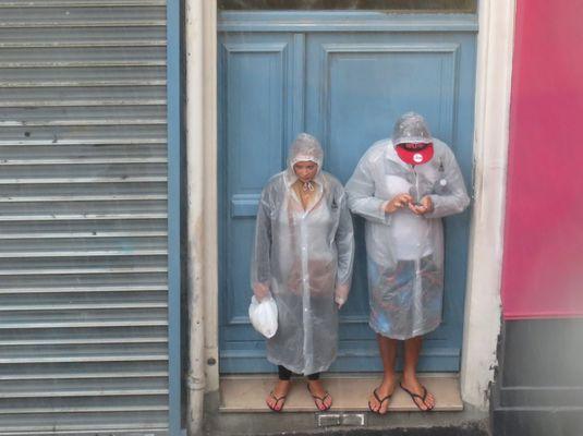 Deux touristes en juillet à Paris