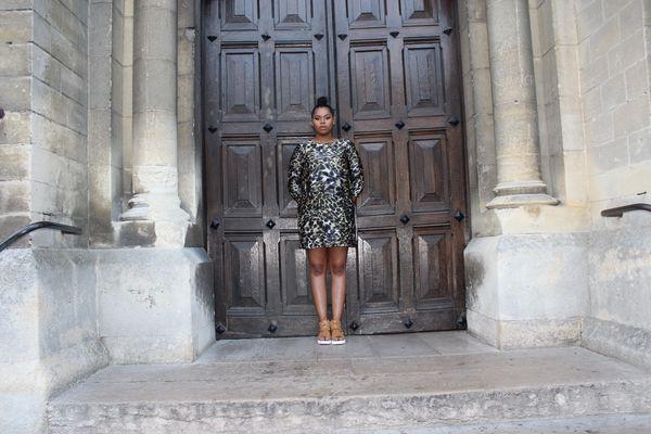 Devant les portes d'une chapelle