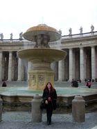 devant une des fontaines de la place Saint Pierre