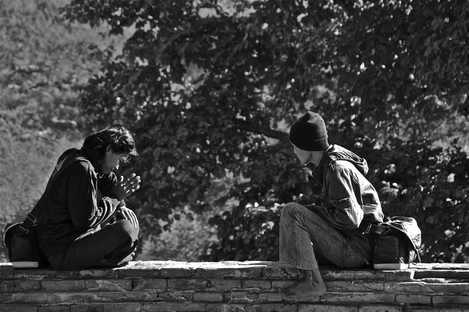dialog zweier fotografen auf einer mauer