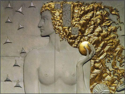 Diana (weibliche Figur mit Mondsichel)