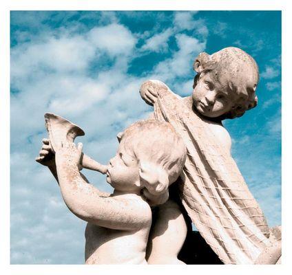 Dicke Engel beim Tröten