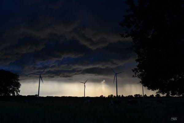 Dicke Regenwolken am Abendhimmel